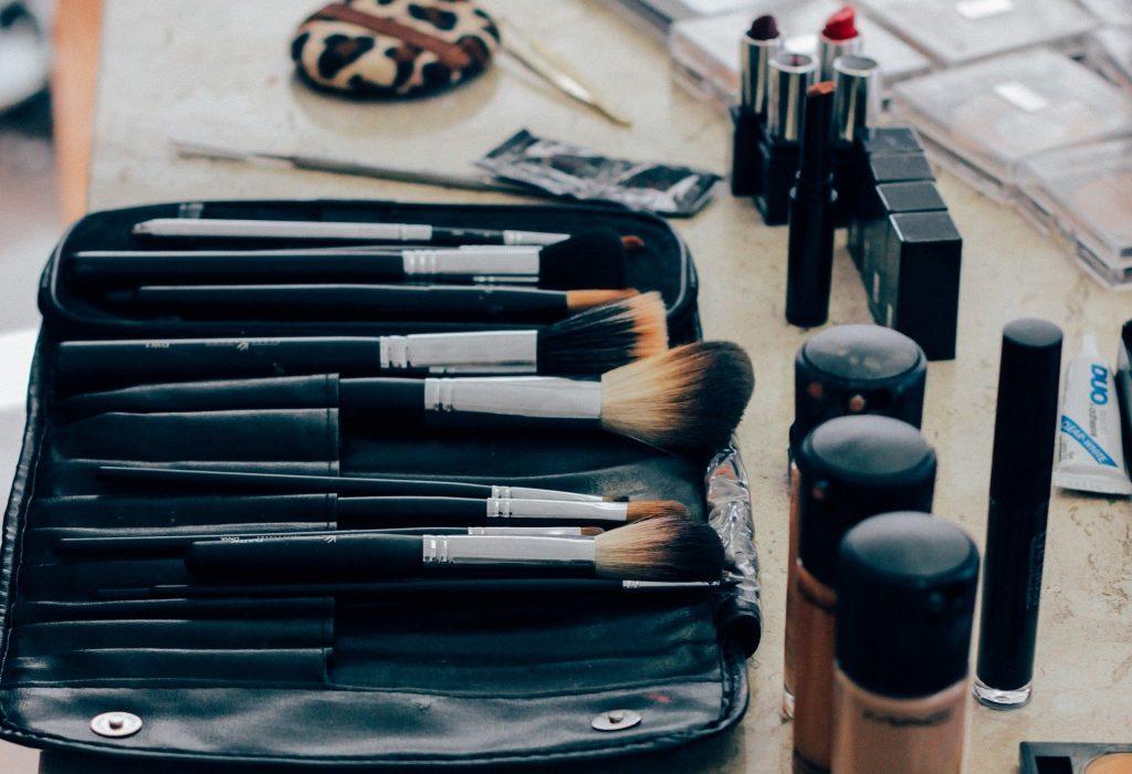 Des pinceaux de maquillages dans une trousse de maquillage