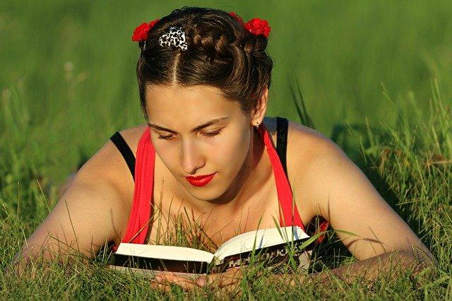 femme qui lie un livre