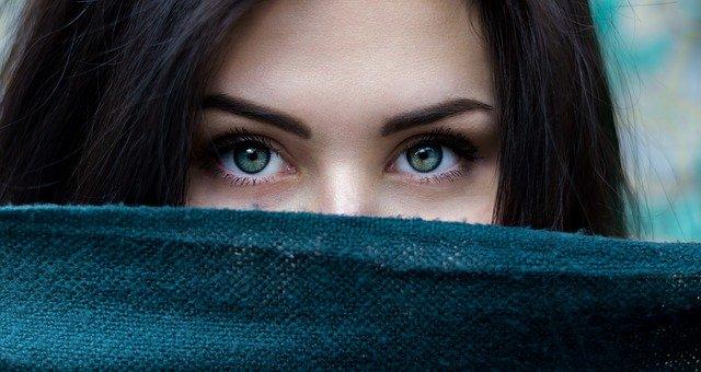 Fille aux yeux vert qui ce cache